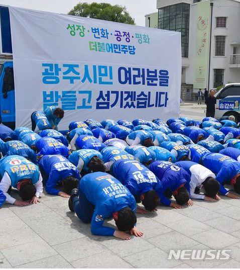 下跪磕头求选票的是谁 韩国候选人为什么要下跪磕头