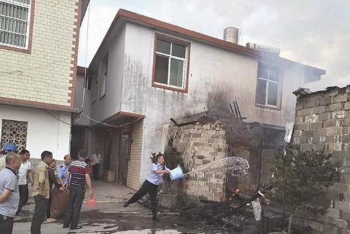 熊孩子玩火点燃老屋,并未造成人员伤亡