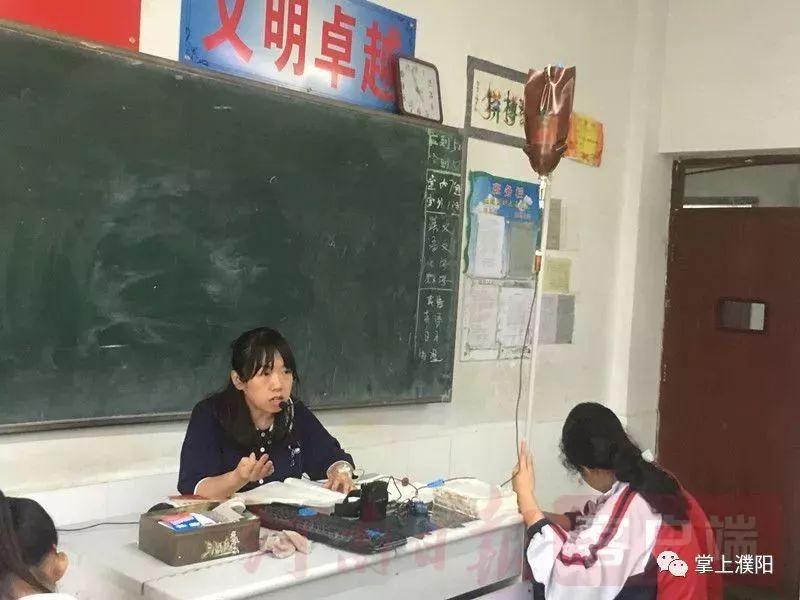 女教师肩扛输液杆照片走红 最美女老师