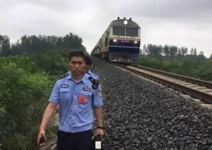 挥舞警服拦停火车 真的是太帅了 事件经过大揭秘