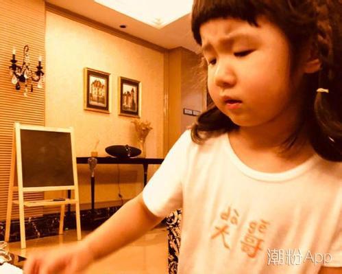 张亮晒3岁女儿 真的是太可爱很像天天