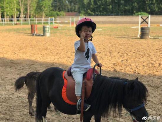吴京晒儿子骑马 父子俩真的是太帅了