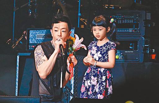 黄贯中被女儿献花是怎么回事 真的是太可爱了