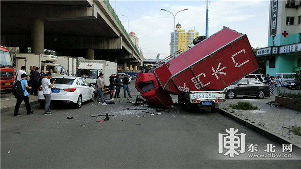 货车坠桥砸面包车是怎么回事 场面真的是太惊险了