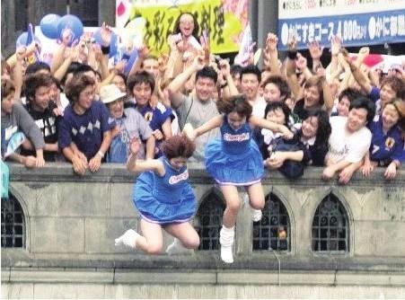 日本球迷跳河庆祝 真的是太激动了