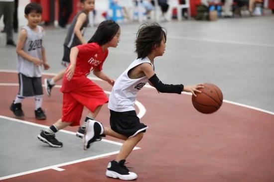 孙俪晒儿子打篮球 真的是太可爱了