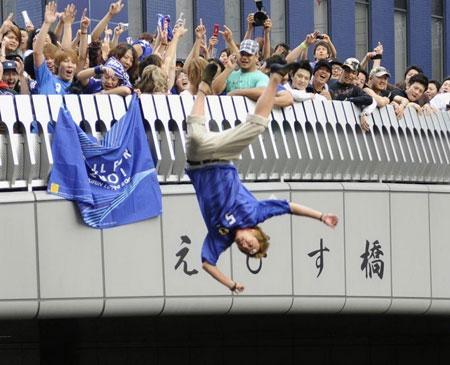日本球迷跳河庆祝是怎么回事 为什么要跳河