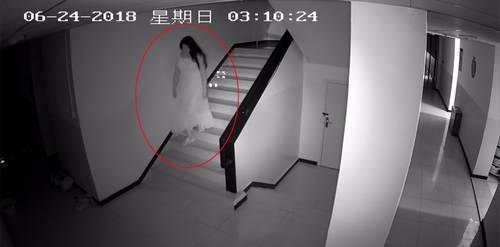 男群演变装偷裙子 乔装打扮进入女生宿舍楼偷窃衣物