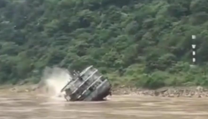 长江水域货船翻覆 具体情况介绍