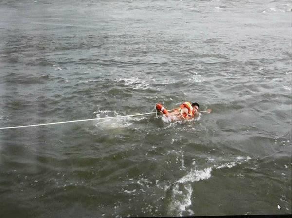 下网捕鱼被冲走 发生了什么 真的太吓人了
