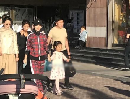 李小璐带女儿购物 还是那么可爱 详情介绍