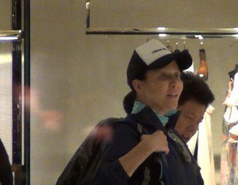 52岁刘嘉玲素颜购物被拍 黑眼圈憔悴不堪 为什么会这样