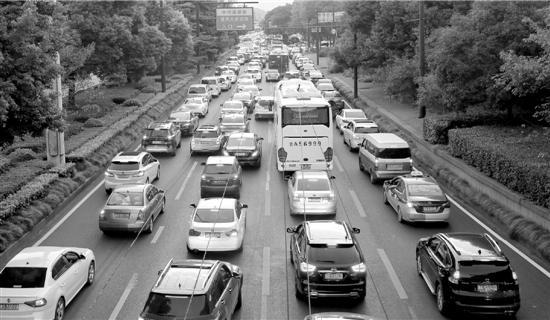 长假高速首日 真是太拥挤了 详情介绍