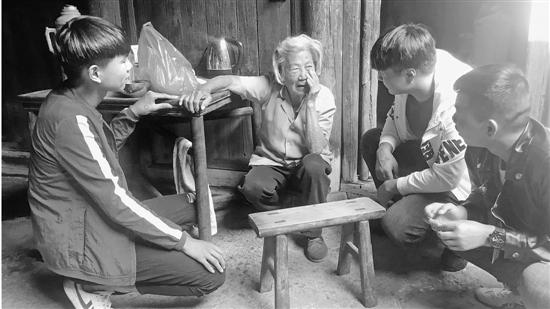 少年扶老人拍视频 这是怎么回事 结果温暖人心