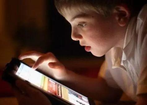 该不该用手机哄孩子?智能手机代替玩具不只是影响视力