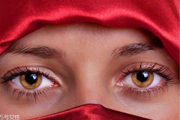 滴眼药水时眼睛刺痛是正常的吗  滴眼药水眼睛刺痛是怎么回事 眼液的正确使用方法