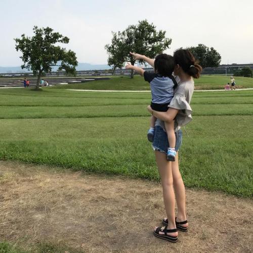 林志颖晒妻儿背影照 网友:幸福的一家