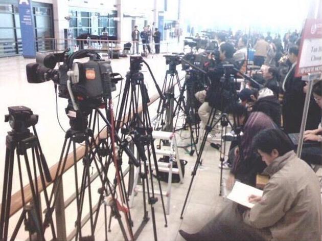 韩记者机场架摄像机蹲守郑俊英 或直接被警方逮捕