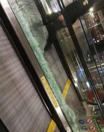 虹桥机场玻璃挤碎 这是怎么回事 也太夸张了