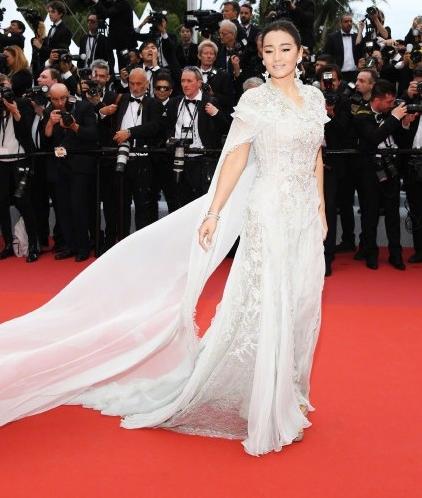 巩俐白色披风纱裙 第18次踏上戛纳电影节的舞台 宛如女王降临